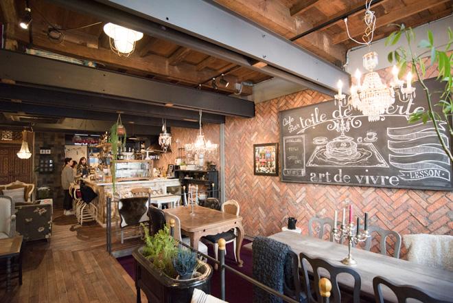 ちょっと隠れ家的な、カフェ&雑貨のtoile de liberté(トワル ド リベルテ)。インテリアデザイナーの笠原英治氏が古民家をリノベーションしたお店です。