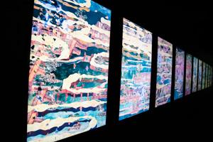 「花と屍 剥落 十二幅対」 「自然と文明の、衝突、循環、共生」をテーマにした12幅からなる絵物語。作品の表面が剥落し、作品の裏側が見えていく。