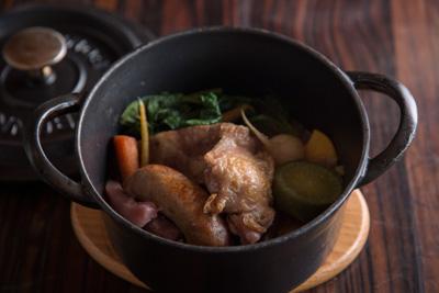ポトフ 2,400円 鍋ごと提供されるポトフは冬に美味しい根菜や鶏肉、 豚肉、自家製サルシッチャなどの肉系もたっぷり。