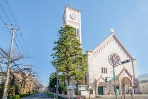 教会前のサレジオ通りは桜並木でも有名。春の桜が楽しみです。