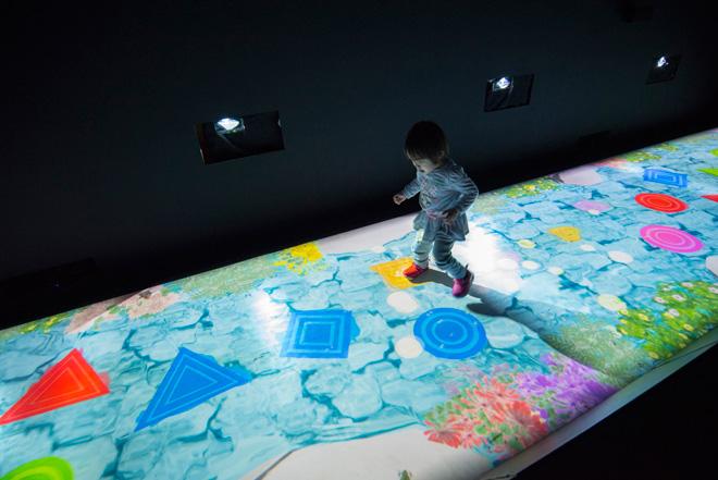 「天才ケンケンパ」 ○△□によるケンケンパ。○△□にうまく乗ることができると、音が出て、映像によって床が美しく変化。同じ形や色など、関連性のある○△□に連続して飛び乗ると、さらに美しく変化。子どもたちは、身体を動かしながら遊ぶことができる。