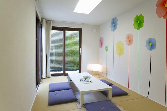 畳の部屋もモダンなデザインの壁紙で雰囲気がガラッと変わる。貼り方も専用の道具を使うことで簡単に行える。DIYが心配な方には、施工業者も紹介。