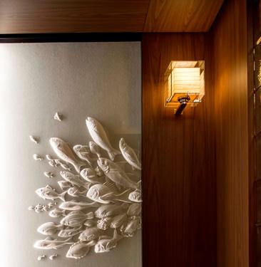ホテル内にちりばめられたアートワークが美しい。永田哲也による作品は和菓子の木型を和紙に型取って作られている。