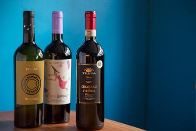 ワインもすべてシチリア産。左から、フルーティな辛口の白、エトナ山のふもとで造られる果実味がフレッシュな赤は各3,500円。果実味が優しい軽めの赤3,000円。