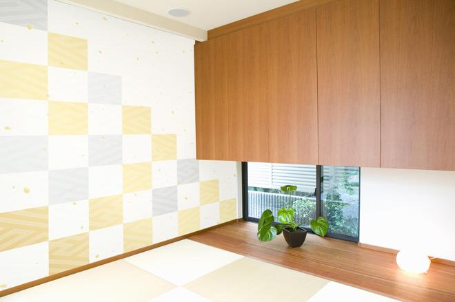 和室が市松模様の壁紙でカラフルな雰囲気に。デザインは、サイト上に用意された素材から選ぶこともできるし、オリジナルのデータを用意することも可能だ。