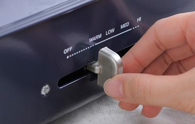 スライドバーで調整するアナログ感覚も愛着を増す。設定温度を自動で維持するサーモスタット機能に加え、マグネット付きで簡単に外れる電源コードを採用し、安全面にも配慮。