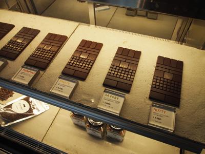 ウインドウに飾られているチョコレート。 スタイリッシュなデザインが目を引く。