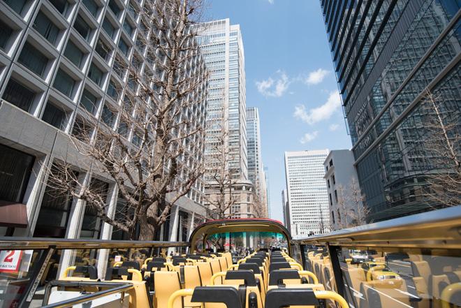 バスが出発。丸の内ビル街の合間を抜ける景観は迫力満点!