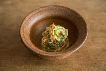せりと切干大根の胡麻酢和え 600円 ほんのり甘みを残した胡麻酢は、酸味が穏やか。 個性の強い日本酒にも優しく寄り添う。