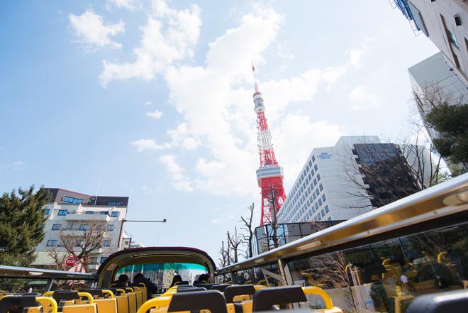 目の前に青い空に向かってそびえる東京タワー。