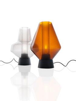「METAL GLASS 1(メタルグラス)」 サイズ:高410mm、直径280mm、 全長2210mm 3.5kg  素材:鋼エッチングクリアラッカー仕上、手吹きガラス、硬質ガラス 価格:15万1200円(税込) 左がグレー、右がアンバー 受注品
