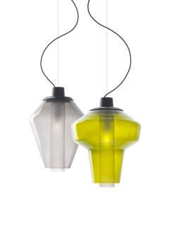 「METAL GLASS 2(メタルグラス)」 サイズ:高410mm、直径310mm、 全長2210mm 3.8kg  素材:鋼エッチングクリアラッカー仕上、手吹きガラス、硬質ガラス 価格:17万3880円(税込) 左がグレー、右がアンバー 受注品