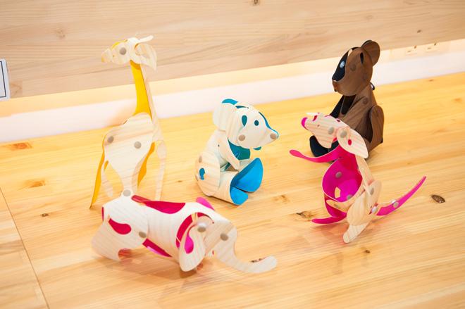 塗り絵で描いた動物が立体作品になる「木の紙スナップ」