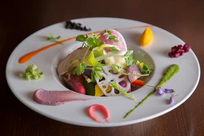 30種類の温野菜 生ハムの香りをまとわせて 1,000円野菜料理に力を注ぐこの店のスペシャリテ。シェフの木原さんは、調理方法によって様々な可能性を見せるのが野菜の魅力という。