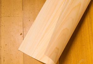 素材は、わずか0.1mm。極薄い厚さにスライスした木を紙に貼り合わせた「木の紙」。