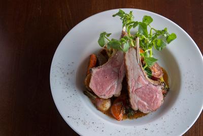 仔羊のロースト 2,200円 ロゼ色に仕上げたローストの下にはたっぷりの野菜。スパイスで風味付けした野菜と羊との相性が抜群にいい。