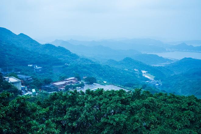 九份からは遠くに連なる山々を見下ろせます。雲と山と海が織りなす景色が幻想的。