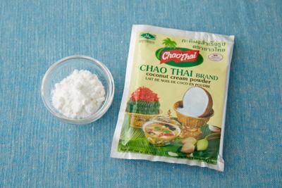 パウダータイプのココナツクリーム。水やぬるま湯で溶かして使うほか、 そのままお菓子づくりにも使えます。