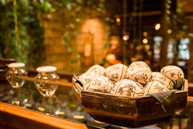 茶藝館「九份茶坊」では、漢字の書かれたお茶の包みが台湾らしさを感じます。