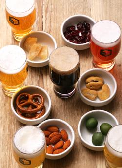 それぞれのビールに合わせて、6 種類の おつまみがついた「ペアリングセット」1,000円