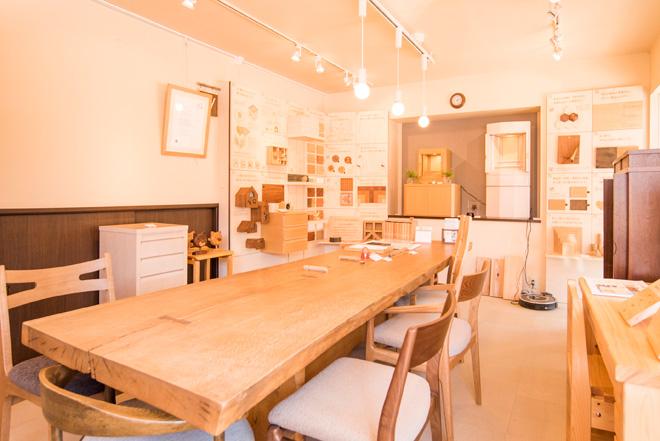オーダー家具「ユウキ」さん。木工設計のエキスパートであるオーナーと相談しながら木材選びからデザインまでオーダーできます。ショールームは木のぬくもりであふれています。
