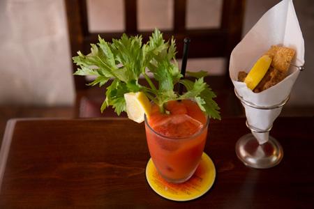 唐揚げ 680円 フレッシュトマトのブラッディ・メアリー 1,200円 お酒のあてにぴったりの唐揚げは、フルーツトマト100%の トマトジュースにフレッシュトマトを加えたブラッディ・メアリーと。