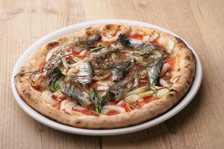 本場ナポリの3種類の小麦粉を配合したビールに合う ピッツァも人気。マリナーラ1,600円。