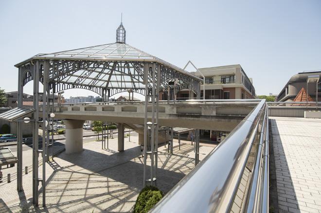 計画的に整備された美しい道路や、近代的な建築が印象的な中川駅周辺。