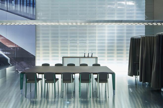ジャン・プルーヴェがデザインしたオフィス家具シリーズが、現代のオフィス環境に合わせて復刻版となってリリース。