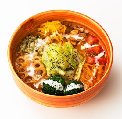 ベジソバ 900円 パプリカを練り込んだ麺に、ベジブロスとにんじんのグラッセの ピュレを混ぜ込んだスープ。季節の野菜もたっぷり乗せて。 ヨーグルトのような豆乳ソースがアクセントに。