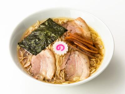 江戸式中華そば 800円 スープのメインは黒さつま鶏。そこに豚、牛、昆布、しいたけ、 煮干しなどをバランスよく配合し、秘伝のタレで深い味わいに。 低加水で歯切れがよい麺と相性抜群。