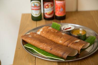 マサラドーサ 1,000円 自然発酵させた豆の粉から作ったクレープ状の軽食。中にスパイシーな じゃがいも入り。3種類揃うインドビール各600円とも合う。