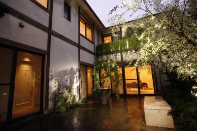 ライトアップされ、洋館の雰囲気がたっぷりの中庭。1Fは4室のエステルームとヘアサロン、ウェイティングルーム、パウダールーム。2Fはヘッドスパ・エステルーム、ネイル、オリエンタルスチームの部屋がある。