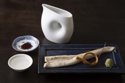 穴子白焼 650円 ふんわりとやきあげた穴子は、上品な脂が酒を呼ぶ。 揚げた骨はコリコリとして香ばしい。