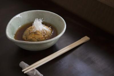 手作りがんも 650円 山芋入りのつるりとした食感。揚げ出し風のつゆがよく合う。