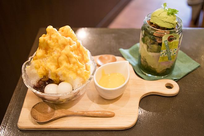 「おいもカフェ金糸雀(カナリア)」は鎌倉駅東口から徒歩5分。「かぼちゃかき氷」(下左)と「抹茶と紫芋のジャーパフェ」(下右)。
