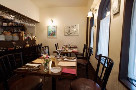 カウンター4席とテーブル6席の小さな空間。 予約で埋まってしまうので行く前には電話を。