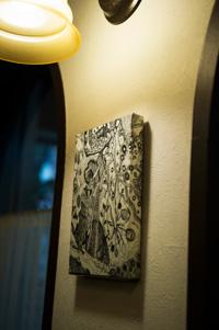あちこちに飾られた絵は友人の画家のもの。 時々入れ替わる。