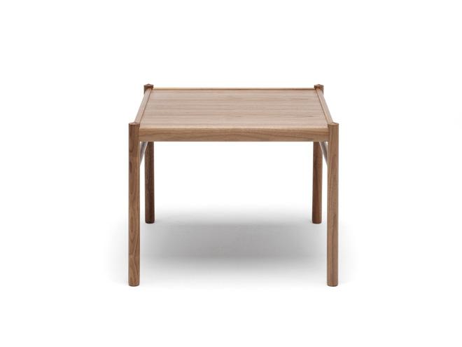 コロニアル・コーヒーテーブル。素材は、オーク材またはウォルナット材。フレームはムク材、天板は突板。 サイズ:60×60cm 高さ46cm 価格:9万1000円~(税別)