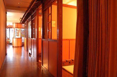 個室やペアルームのほかにロッカールームもある。客層は30~40代の女性中心だが、開店以来のロングリピーターや近郊のビジネスマンなど老若男女幅広いのが特徴。 最近は女友達同士でペアルームで施術する人も増えてきているそう。