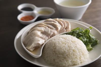 海南鶏飯(ハイナンジーファン) 900円(レギュラー) チキンライスの別名で親しまれるこの料理はシンガポー ルの名物。茹でた鶏肉と、その茹で汁で炊いたご飯を、シ ンガポールの醤油、チリソース、生姜ソースで。