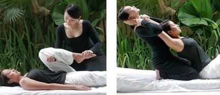 (左)仰向けの下半身ストレッチからスタート。実際にはもっと暗くリラックスできる状態で。爪先をサポートされることで太ももの裏の筋肉がぐっと伸ばされる。 右・セラピストが身体を反らすことで、腕から脇、背筋が緩やかに、しっかりと引き伸ばされる。歪んでいる部分のストレッチでは面白いほどポキポキと音がする。