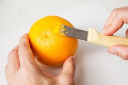 レモンやオレンジの皮を薄くそいで 使うときに便利なレモンゼスター。
