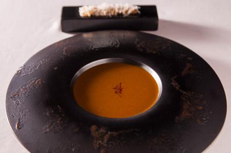 スープ・ド・ポワソン  魚の旨みを取り出して丁寧に裏ごししている。パン・ド・カンパーニュ のトースト、ニンニクのきいたアイオリ、パルメザンチーズを添えて。 昼・夜のコースの両方で提供する。