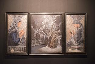メリノ氏のテンペラ画は、木の実や種から仮想のストーリーを描いています。