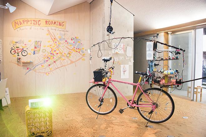 ビデオ&サウンド装置を搭載した自転車で、まちを駆け巡った記録展示(アーノント・ノンヤオ氏=タイ)。