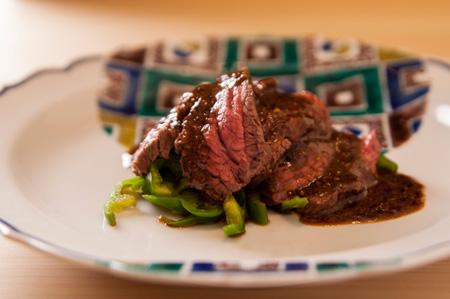 よだれ牛 ピンクに火入れした薄切りの牛肉は岩手の黒毛和牛「八幡平牛」。 サッと湯通しただけのピーマンの青い香りとシャキシャキの食感が絶妙。