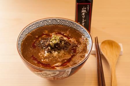 坦々麺 国産の金胡麻がベースのスープに尾崎牛のみじん切りが入っている。山椒オリーブオイルをトッピングしてもおいしい。