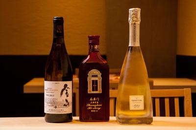 左から、日本ワイン、紹興酒、イタリアのフランチャコルタなど、 料理に合わせてお酒も幅広く用意している。