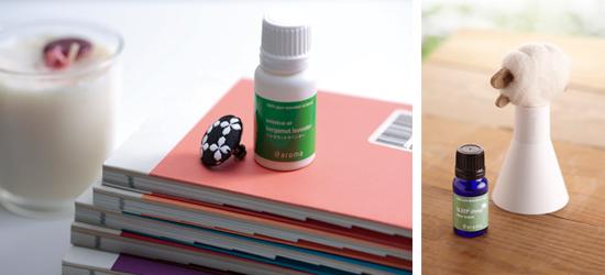 (左)香りを身に着けられるピンバッジタイプ。¥1,500。 (右)下右・羊毛フェルト素材のヒツジ型のボトル¥1,800。